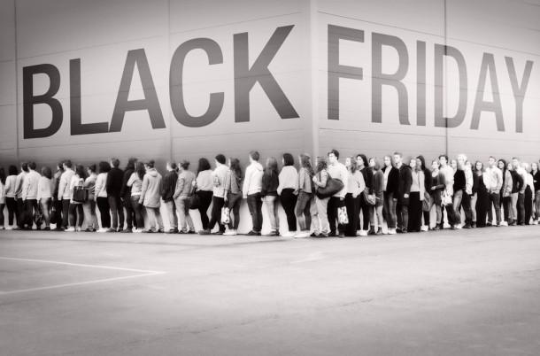 """تصویر از جنون خرید در""""جمعه سیاه"""" (روز به لجن کشیدن کرامت)"""